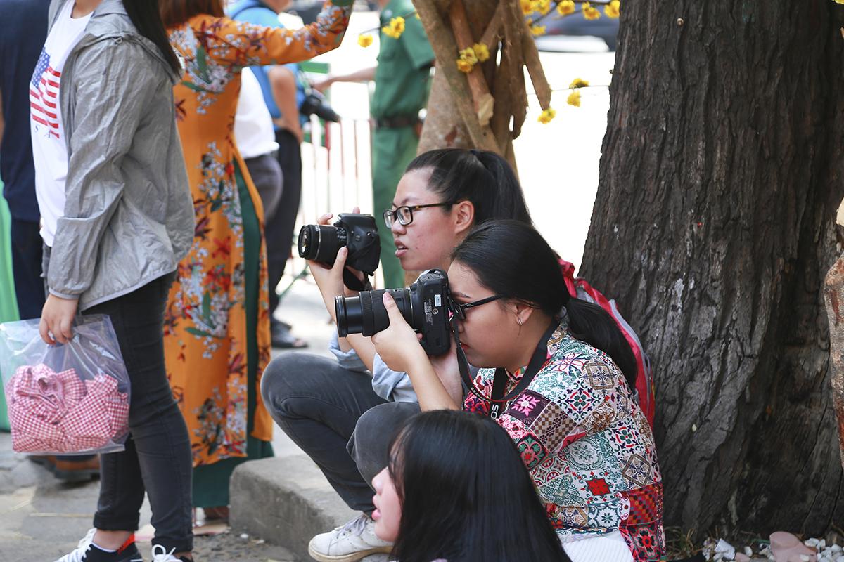 Các nhóm bạn thì luân phiên chụp ảnh cho nhau. Ai cũng có thể trổ tài chụp ảnh.