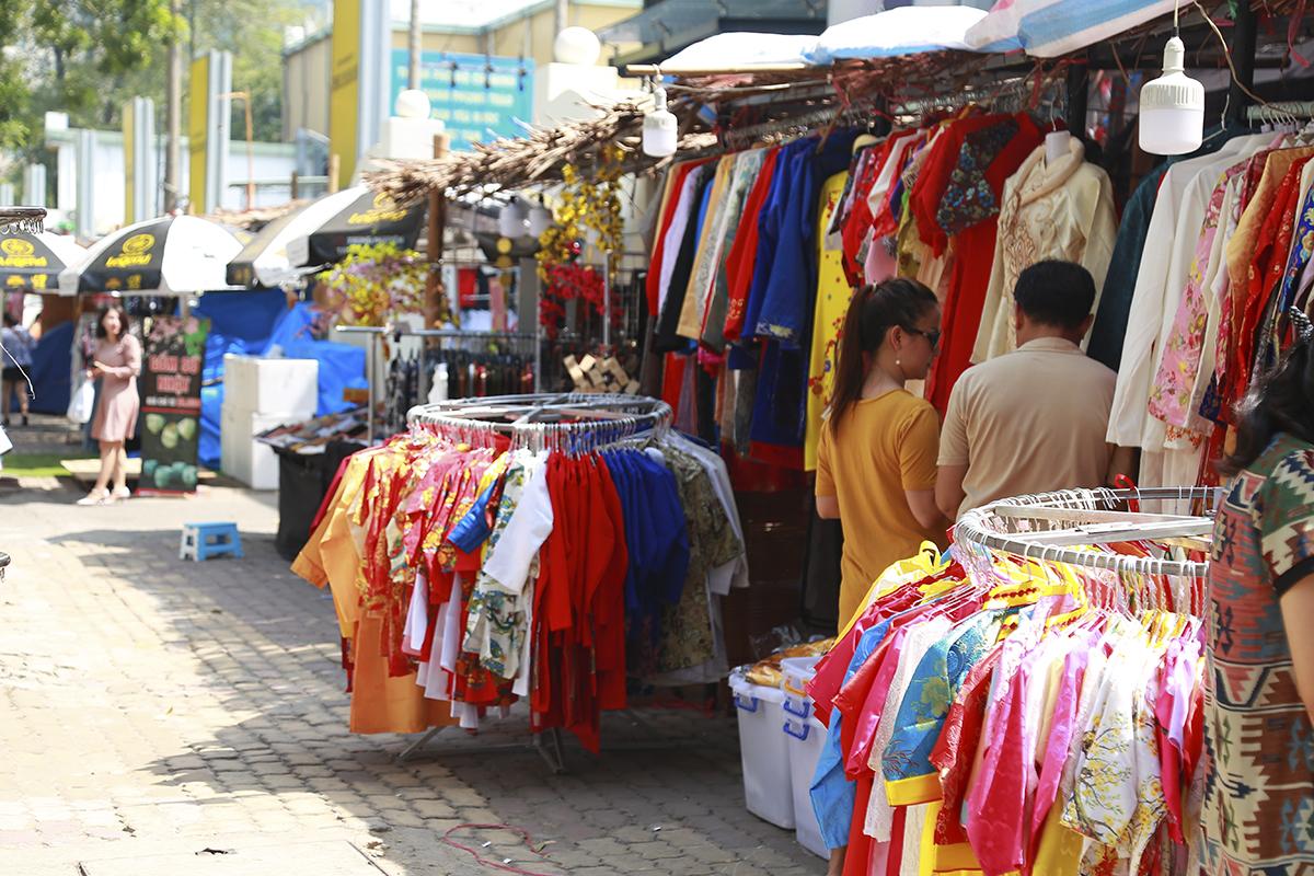 Một dịch vụ khác cũng nở rộ trong dịp này là cho thuê trang phục, chủ yếu là áo dài cho những người có nhu cầu chụp ảnh tại phố ông đồ. Những tiệm quần áo ở đây đều chuẩn bị sẵn rất nhiều mẫu áo dài với đủ kích cỡ, màu sắc để khách tham quan thoải mái lựa chọn.