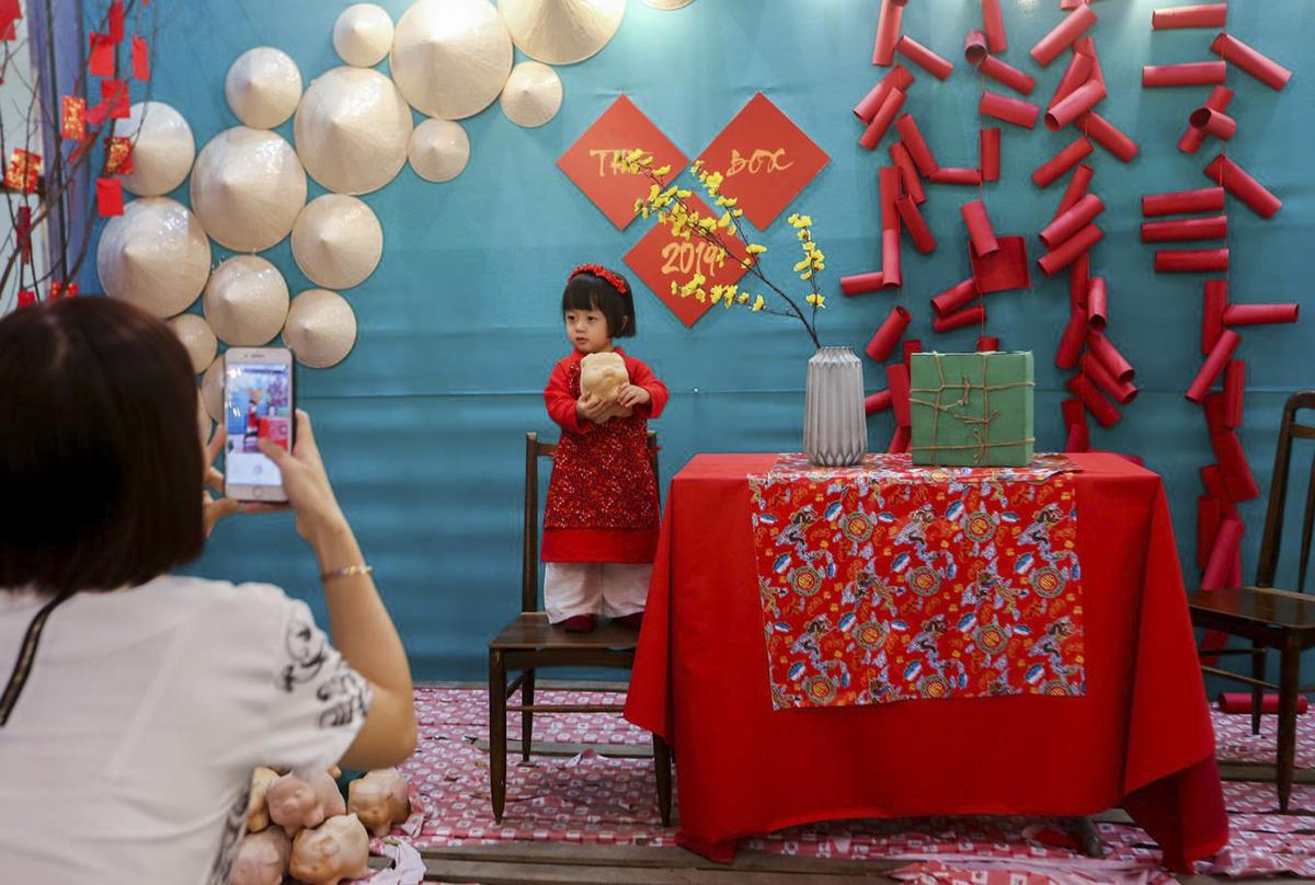 Các em bé trong dịp này cũng được bố mẹ cho mặc những bộ áo dài lộng lẫy với sắc đỏ mang lại sự may mắn để lưu giữ những khoảnh khắc đẹp.