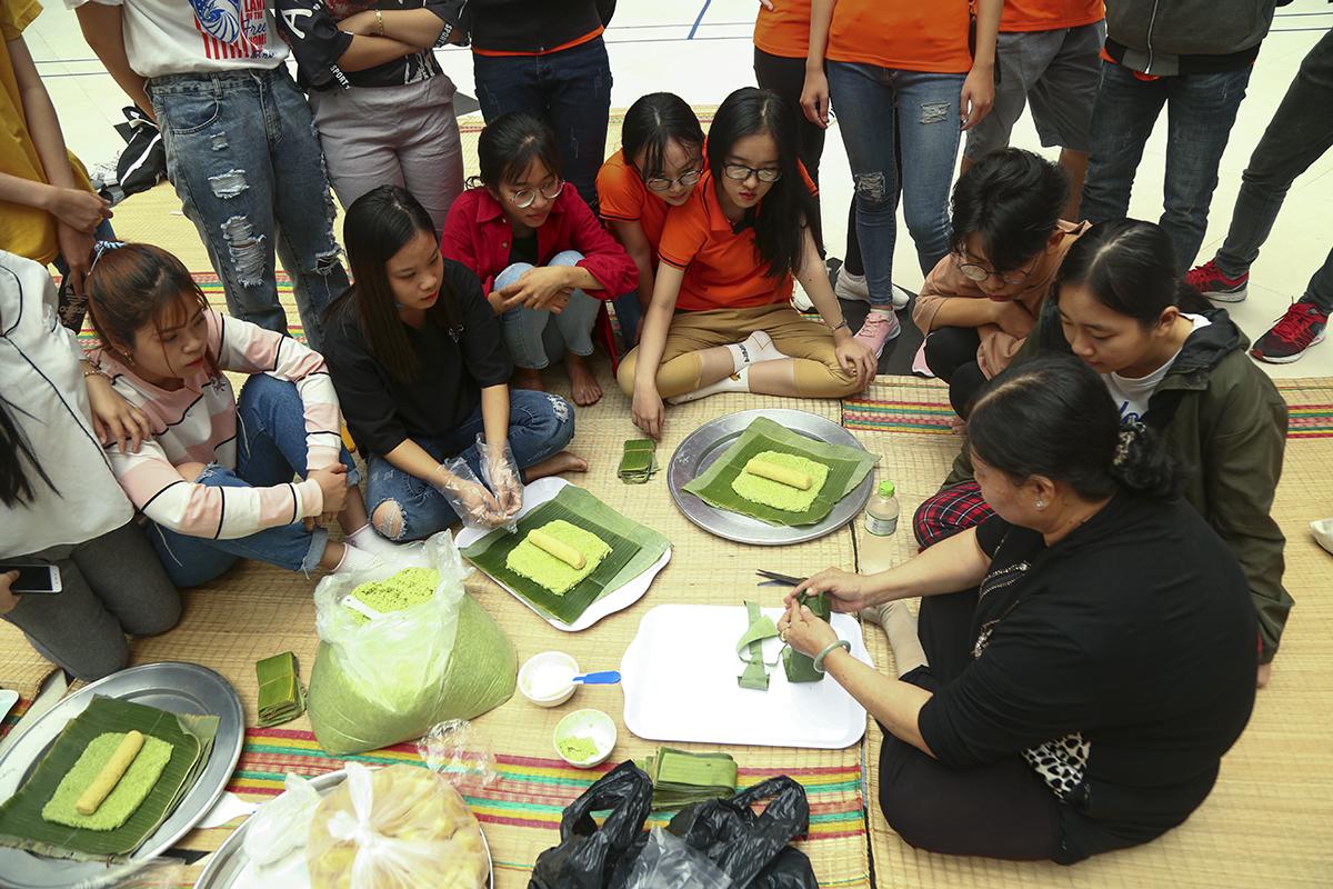 Để giúp các sinh viên biết được quy trình và tận mắt, tận tay trải nghiệm việc gói bánh tét, nhà trường đã mời hai nghệ nhân gói bánh tét nghệ thuật đến từ tỉnh Vĩnh Long từng giành nhiều giải thưởng tại các hội thi truyền thống.