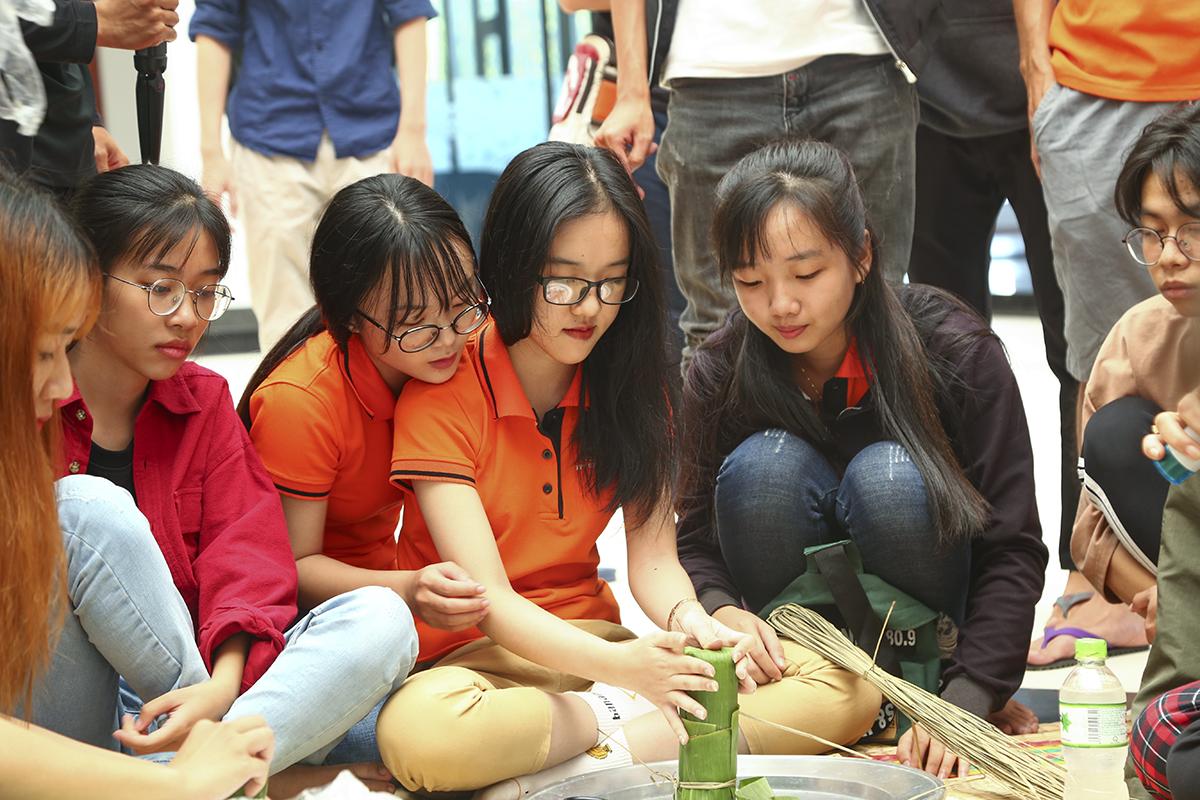 Sau khi được hướng dẫn cách gói bánh, các bạn trẻ được chia thành 5 đội để tham gia phần thi gói bánh tét. Hai nghệ nhân sẽ là giám khảo để chọn ra đội gói bánh đẹp nhất dựa trên các tiêu chí về: độ chắc, tròn trịa, dây buộc,... của bánh.