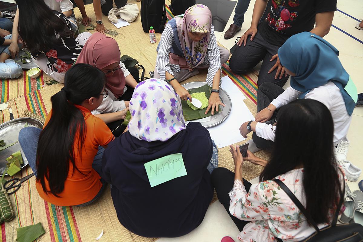 Các sinh viên người Brunei cũng tỏ ra thích thú khi tham gia tìm hiểu về món bánh truyền thống trong ngày Tết cổ truyền của người Việt.