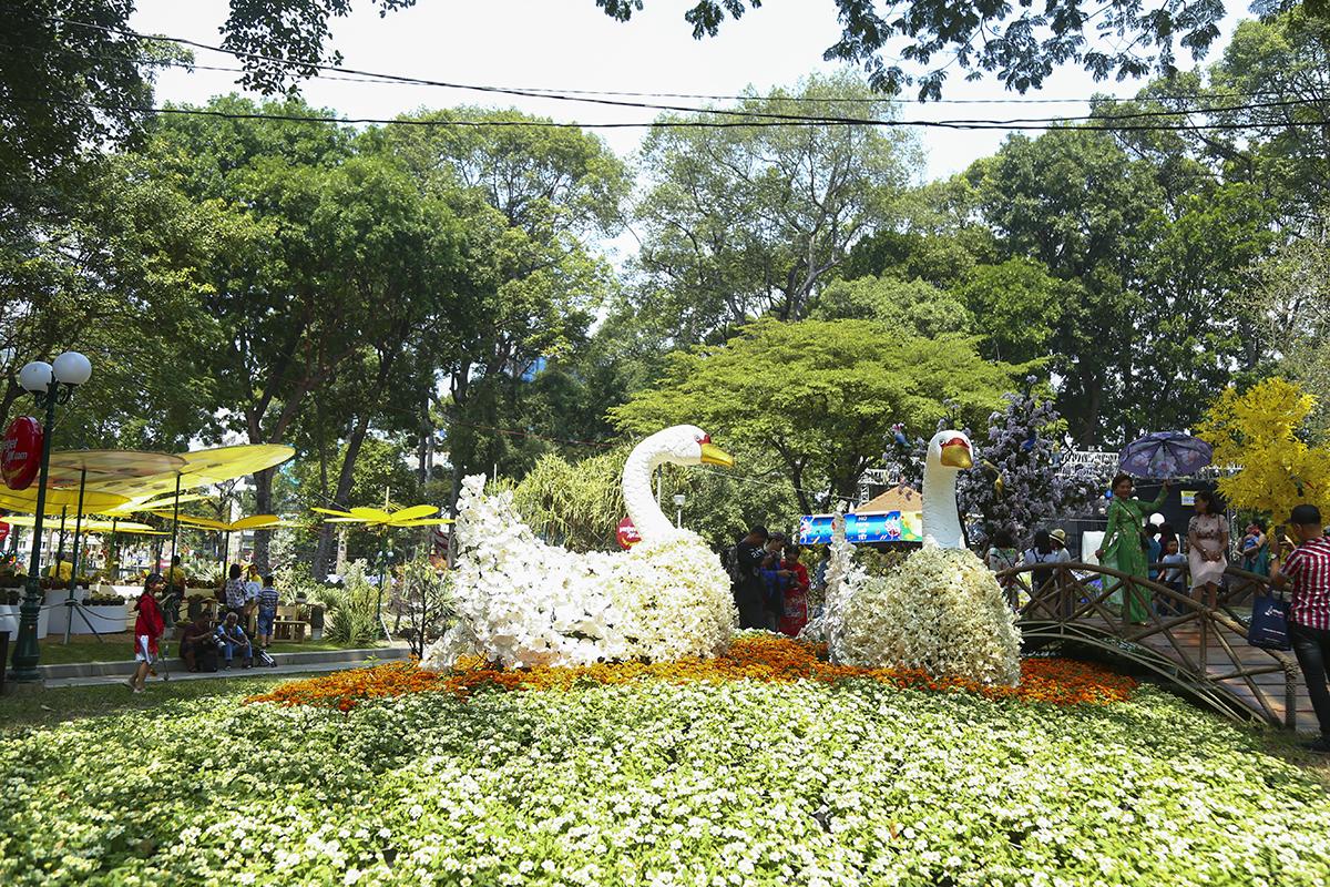 Đôi thiên nga trắng được tạo tác từ hàng nghìn cánh hoa lan một cách công phu, tỉ mẩn. Đặc biệt bộ sưu tập Lan hài cũng lần đầu tiên xuất hiện tại TP HCM.