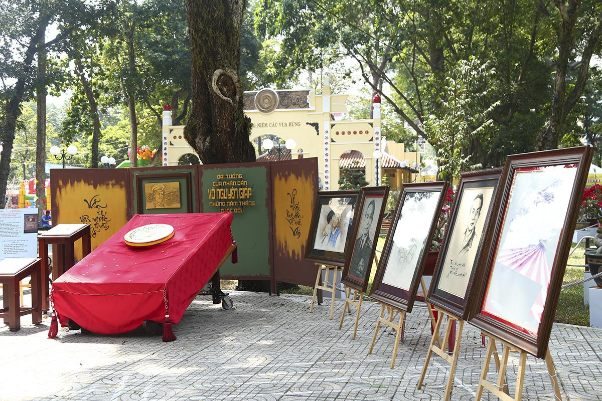 Tại Hội hoa xuân lần này còn có triển lãm hình ảnh về một TP HCMnăng động, phát triển và triển lãm về cuộc đời, sự nghiệp của Đại tướng Võ Nguyên Giáp.