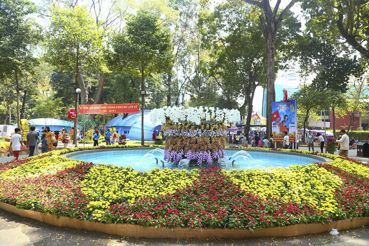 """Qua cổng chính đường Trương Định là trục hồ dài hướng về phía Đền Hùng, lấy ý tưởng từ hình ảnh dân gian về bộ tứ bonsai """"sanh - sung - đa - lộc"""" thể hiện một năm mới sung túc, tài lộc."""