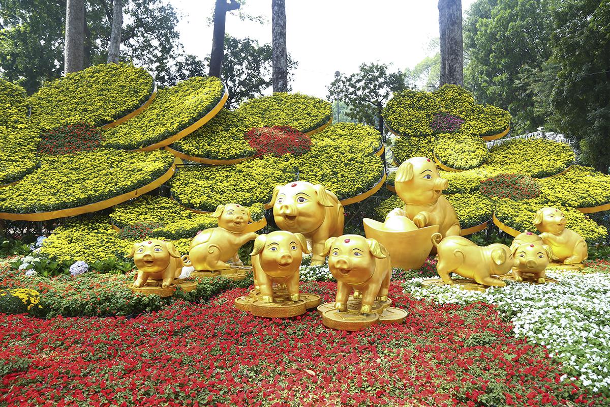 Năm nay theo lịch Can Chi, lợn trở thành con vật cầm tinh. Đến Hội Hoa xuân Tao Đàn 2019, các phối cảnh trưng bày được lấy theo chủ đề này với hình ảnh những chú lợn được cách điệu ngộ nghĩnh, trưng bày giữa rừng hoa.