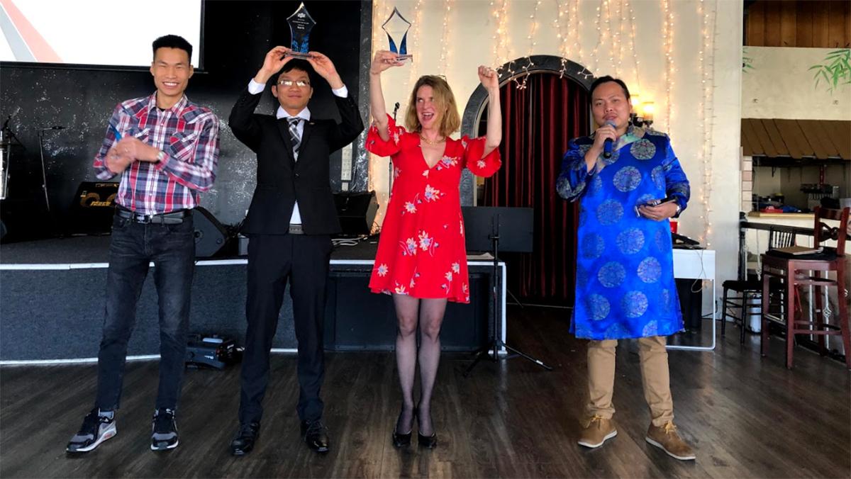 Những cá nhân xuất sắc của FPT Mỹ trụ sở Denver nhận Cup vinh danh từ công ty.