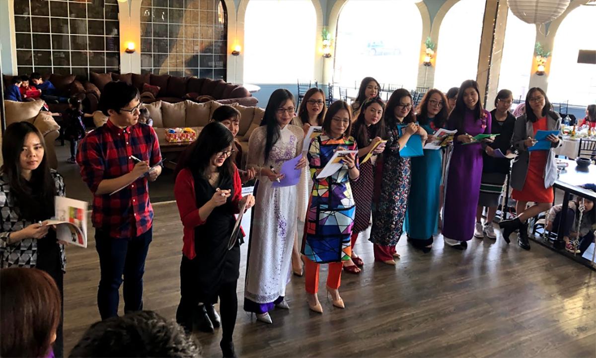 Các nữ CBNV FPT Mỹ mặc áo dài truyền thống để đón Tết cùng đồng nghiệp.
