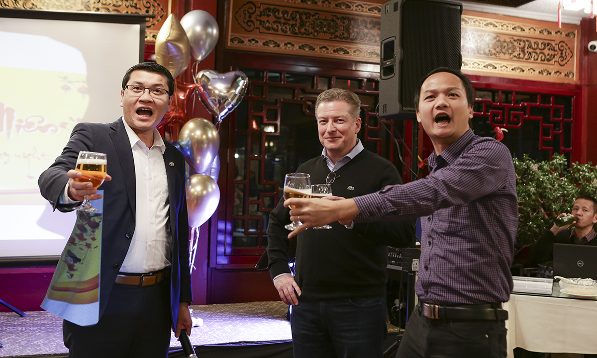 Anh Đặng Trần Phương và Ban lãnh đạo cùng toàn thể nhân viên nâng ly chúc mừng năm mới tại Seattle.