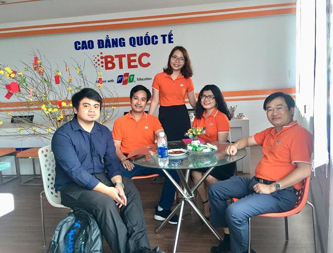 Văn phòng Cao đẳng BTEC FPT cơ sở Đà Nẵng cũng chào đón những vị khách đầu tiên đến chúc Tết.