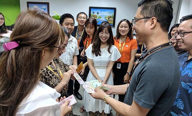 Ở mọi tầng sảnh hay phòng làm việc, người FPT Software Đà Nẵng đều xếp hàng chờ đến lượt mừng tuổi. Đón nhận lì xì của các sếp trong ngày đầu tiên đi làm trở lại sau kỳ nghỉ Tết đã trở thành nét văn hóa của người FPT trên mọi miền tổ quốc. Ngoài miền Trung, FPT khu vực Hà Nội và TP HCM cũng tổ chức lì xì ngày đầu năm...