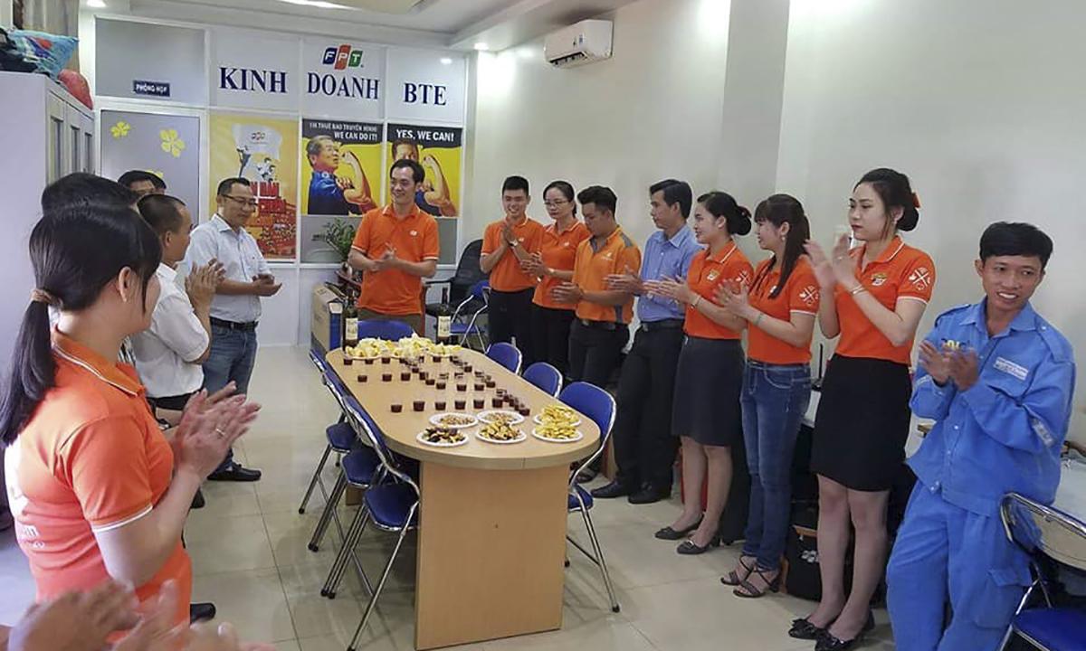 PTGĐ FPT Telecom Nguyễn Hoàng Linh và Giám đốc Vùng 7 Diệp Minh Hoàng đã trực tiếp xuống chi nhánh để chúc Tết và truyền lửa cho chi nhánh Bến Tre.