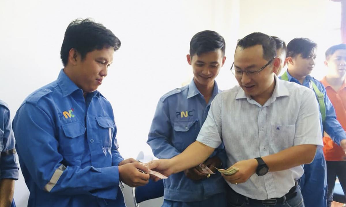 Giám đốc Vùng 7 FPT Telecom Diệp Minh Hoàng mừng tuổi cho CBNV chi nhánh Long An.