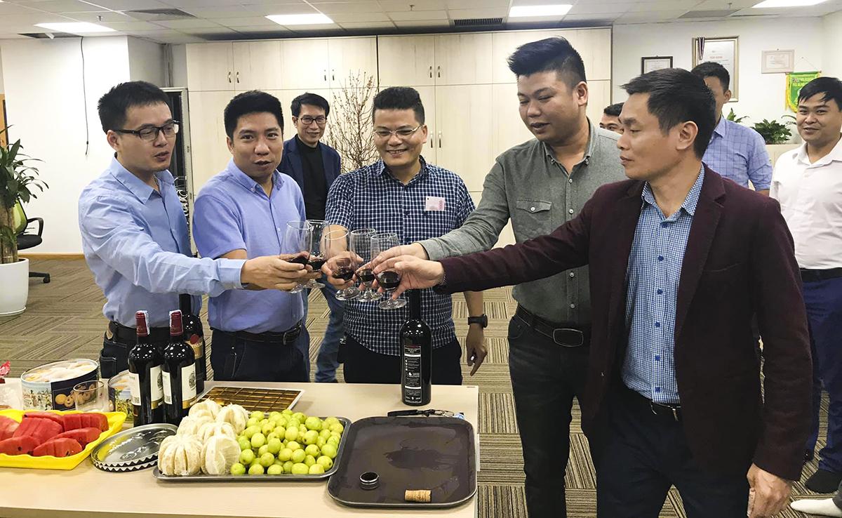 Tập thể Ban Quản lý đường trục (PMB) tại Hà Nội nâng ly chúc mừng năm mới.