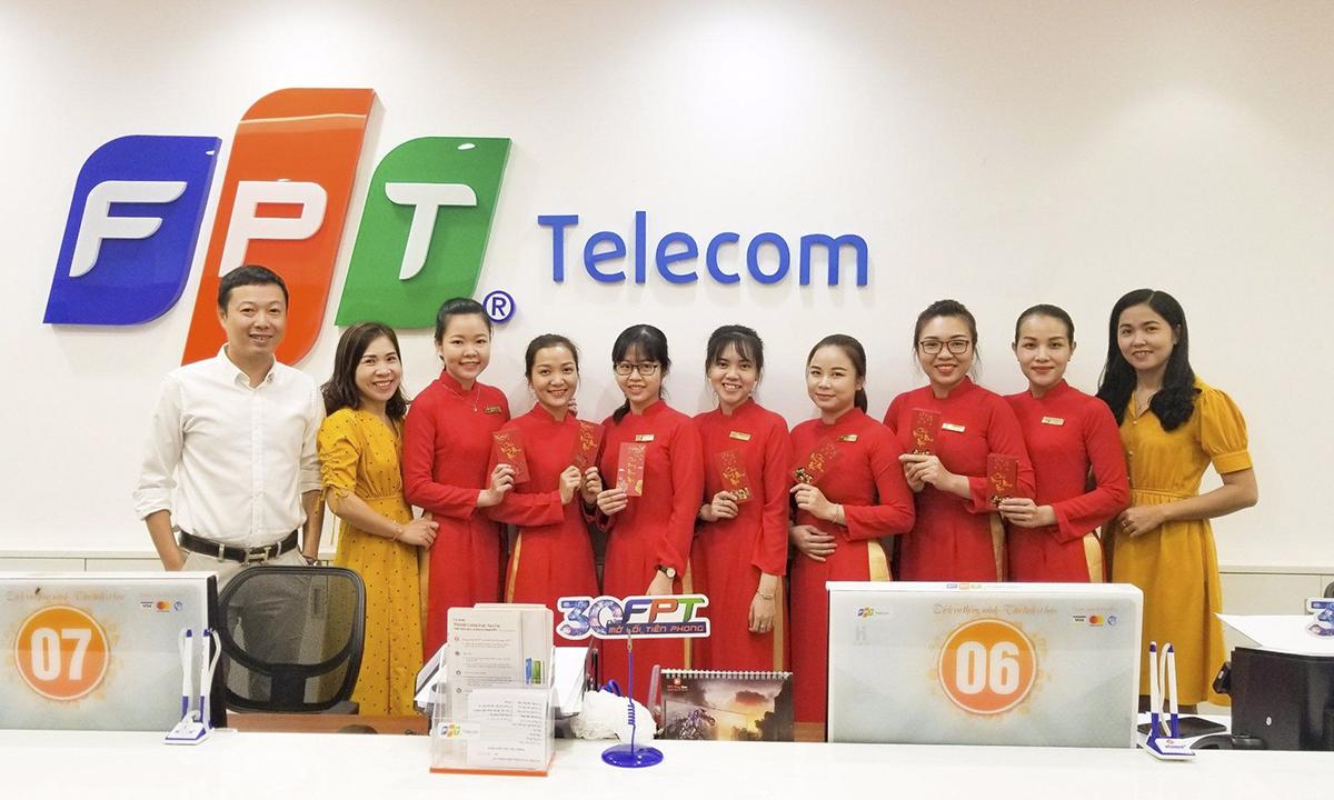 Các quầy giao dịch của FPT Telecom hôm nay cũng nhuộm sắc đỏ khi các giao dịch viên mặc đồng phục áo dài, tặng quà cho khách hàng.