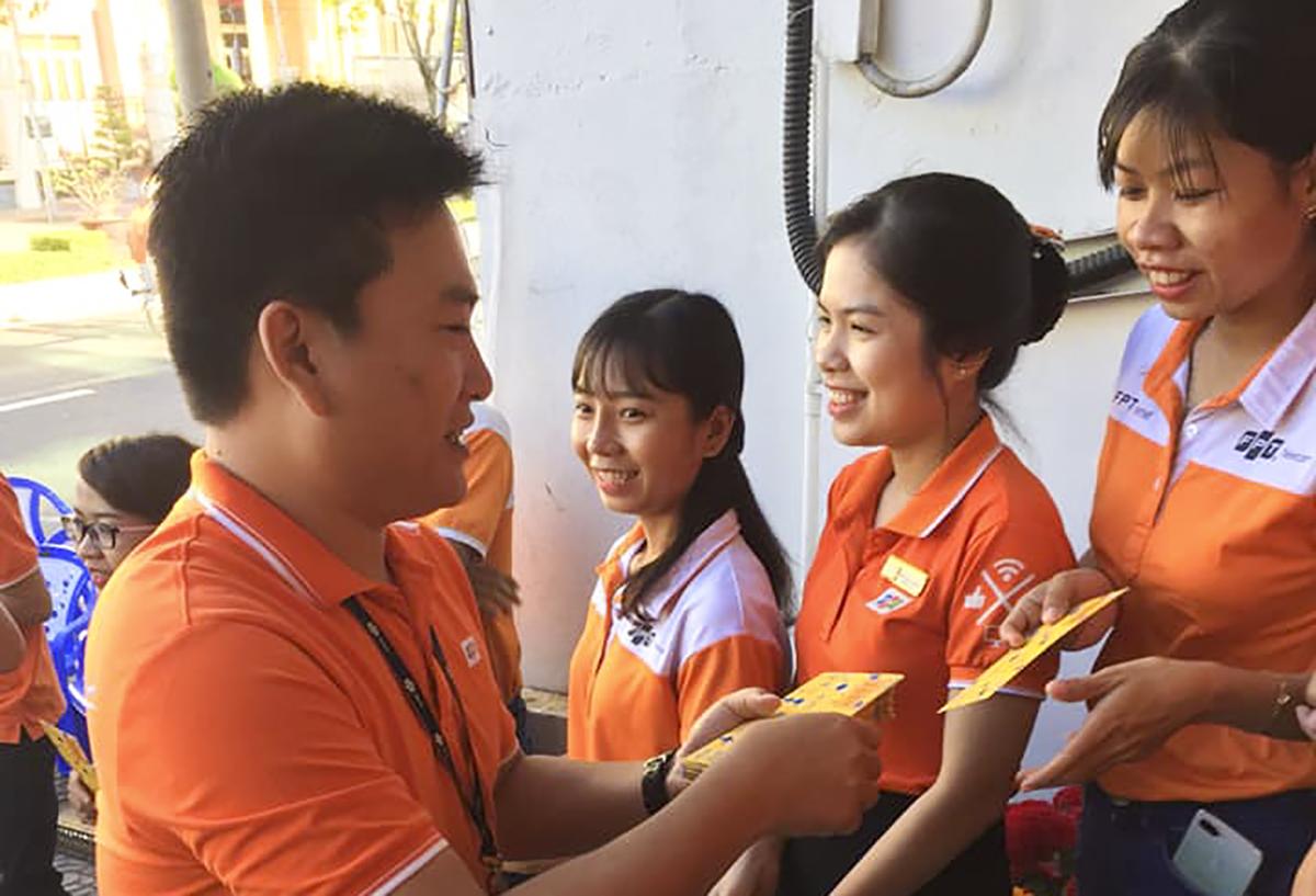 Giám đốc FPT Telecom Sóc Trăng Phạm Duy Khiêm mừng tuổi CBNV của chi nhánh.