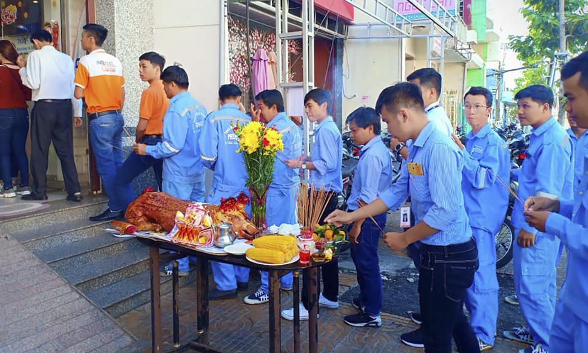 CBNV FPT Telecom Sóc Trăng làm lễ cúng đầu năm cầu mong mưa thuận gió hòa, ăn nên làm ra theo phong tục truyền thống của người Việt.