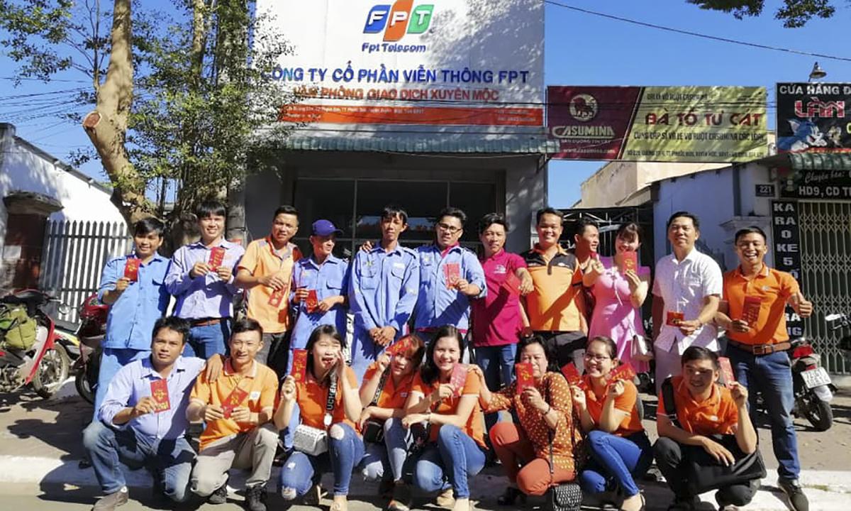 Tập thể CBNV tại phòng giao dịch Xuyên Mộc Vũng Tàu rạng rỡ trên tay cầm những phong bao lì xì may mắn.