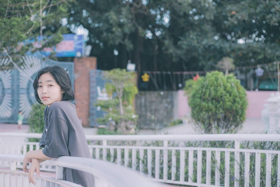 """Trải qua chặng đường học FPT Polytechnic Đà Nẵng, nữ sinh ấn tượng nhất là những bạn bè và thầy cô thân thiện, hỗ trợ hết mình trong học tập, phong trào. """"Từ các giảng viên cho đến các cán bộ, thậm chí cô lao công hay bác bảo vệ đều dễ thương. Đây chính là những người đã cùng em cháy hết mình trong mọi hoạt động"""", Oanh chia sẻ."""