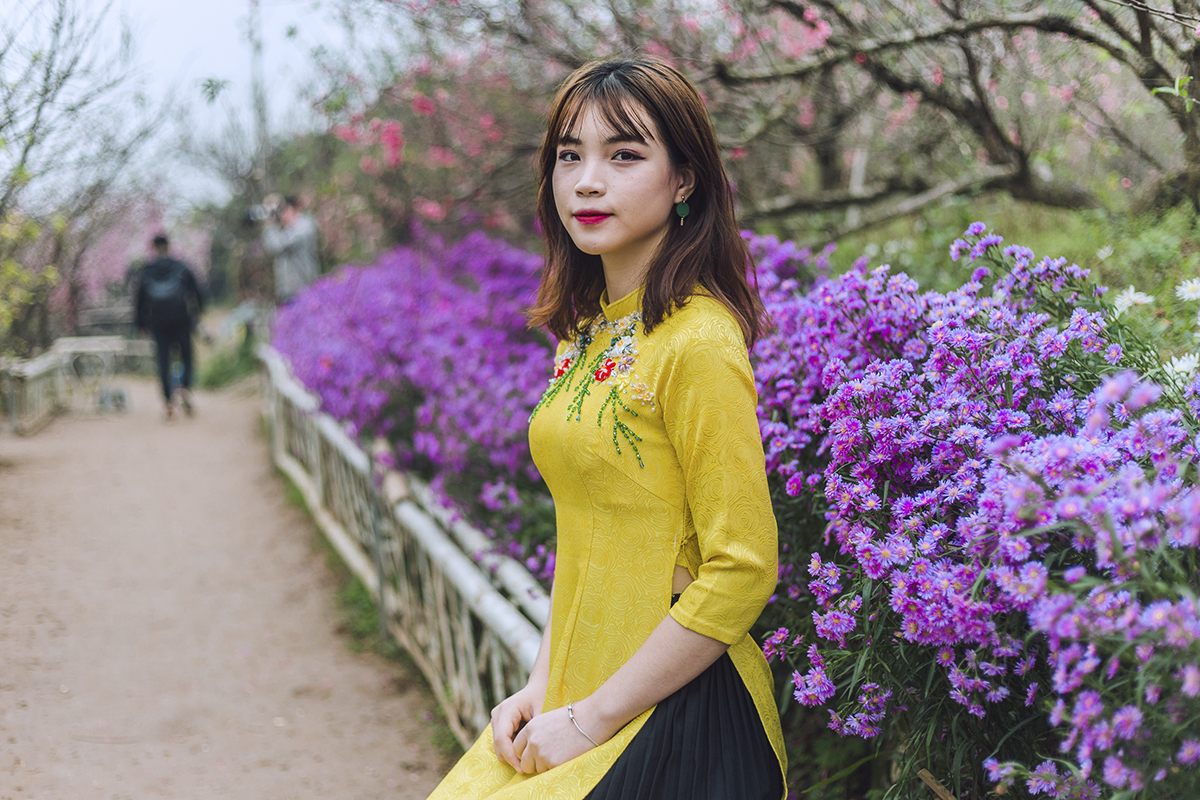 Bộ ảnh được thực hiện vào dịp Tết Kỷ Hợi vừa qua tại vườn đào Nhật Tân (Hà Nội). Nữ sinh ĐH FPT duyên dáng trong tà áo dài. Lệ Giang nổi bật với vẻ đẹp ngọt ngào và vóc dáng thon gọn của mình.