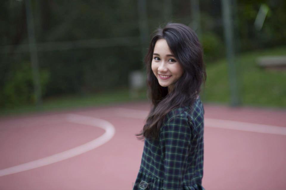 Nguyễn Trúc Anh sở hữu đôi mắt to tròn cùng gương mặt bầu bĩnh, ngây thơ phù hợp vào vai một nữ sinh. Mái tóc đen dài của cô nàng cũng là một điểm cộng khi vào vai diễn này.