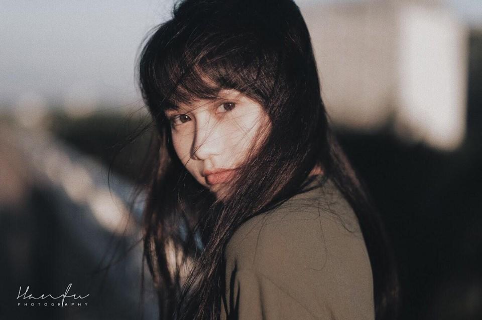 Nguyễn Trúc Anh, sinh năm 1998, làsinh viên ngành Quản lý sự kiện của ĐH Greenwich (Việt Nam) thuộc Tổ chức Giáo dục FPT, luôngây ấn tượng vì nhan sắc chẳng hề kém cạnh hot girl.