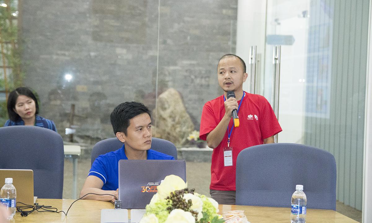 """Anh Phạm Hữu Chung và anh Hoàng Cao Cường - đại diện PMC - tóm tắt hoạt động của cộng đồng PM FPT Software và trình bày kế hoạch năm 2019. Theo đó, trong năm 2018, PMC đã tổ chức thành công 12 workshop, PM Contest với sự tham gia của 50 đội chơi (trong đó A Team giành giải nhất), ngày dành cho PM. Ngoài ra, các hoạt động huấn luyện, tư vấn, các sự kiện được diễn ra thường xuyên. Năm 2019, PM FPT Software hướng đến """"World Class Project Management"""" (Quản trị dự án đẳng cấp thế giới). Do đó, bên cạnh những mục tiêu về chất lượng, giảm thời gian, sự hài lòng của khách hàng, quản trị rủi ro..., PM còn phải tập trung vào đo lường và cải thiện năng suất, một yếu tố cực kỳ quan trọng để tăng thu nhập cho thành viên. Hai phương châm của PM FPT Software 2019 là """"Do better"""" (Làm tốt hơn) và """"Do different"""" (Làm khác biệt). Cụ thể, PMC sẽ sáng tạo hơn trong công tác tổ chức các sự kiện cũ như PM Contest, PM Day, PM Workshop, song song với việc tăng năng suất, áp dụng PM Contribution Point (điểm đóng góp) và PM Performance Point (điểm năng suất), tổ chức huấn luyện PM."""