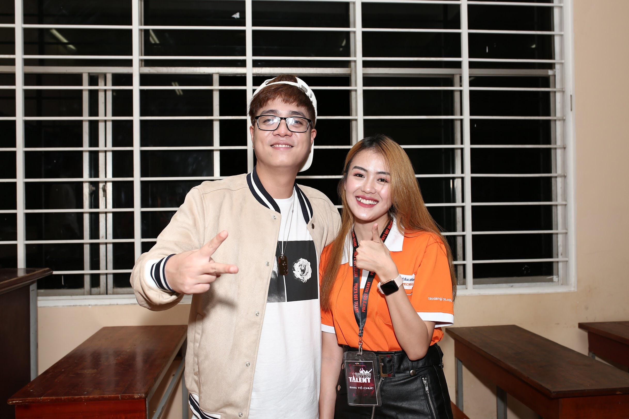 Cô rạng rỡ bên ca sĩ Bùi Anh Tuấn trong sự kiệnPoly's Got Talent 2018.