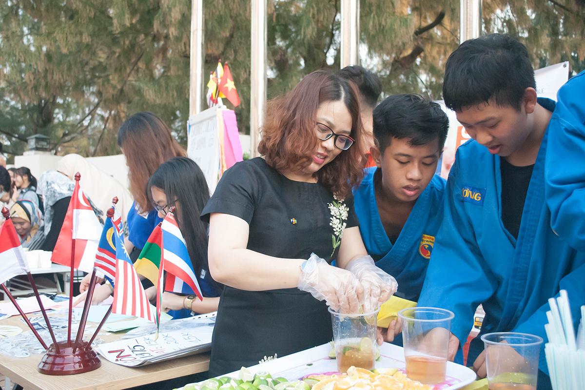 """Thông qua hoạt động, FISEC giúp tăng cường mối quan hệ hợp tác với các trường đại học nước ngoài. Riêng Nhật Bản vốn có lượng sinh viên tham gia thường niên, đông đảo tại FISEC. Chị Trần Thị Thanh Hằng, Công ty du lịch Vietravel, cho biết, FPT đã tổ chức nhiều chương trình trải nghiệm cho hàng nghìn sinh viên quốc tế đến Việt Nam. Tại Đà Nẵng,FISEC đã giúp các đoàn sinh viên trải nghiệm du lịch, văn hóa, giáo dục và hoạt động thiện nguyện. """"Các chương trình đều rất ý nghĩa, đưa hình ảnh Việt Nam thân thiện đến bạn bè quốc tế"""", chị chia sẻ."""