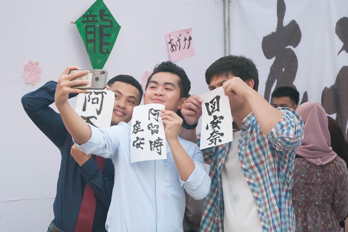Sinh viên tranh thủ ghi lại những khoảnh khắc trải nghiệm các gian hàng ẩm thực, trò chơi dân gian của Nhật Bản và Việt Nam.Ngoài Nhật Bản, chương trình còn thu hút khoảng 30 sinh viên Brunei đang theo học tại FISEC tham gia trải nghiệm.