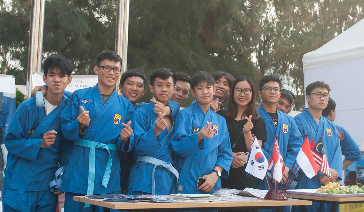 Rất đông sinh viên ĐH FPT cũng mang đến gian hàng với nhiều nét văn hóa đặc trưng của người Việt, thu hút sự quan tâm của sinh viên quốc tế. Một nhóm sinh viên FPT trong trang phục Vovinam chuẩn bị tham gia biểu diễn.
