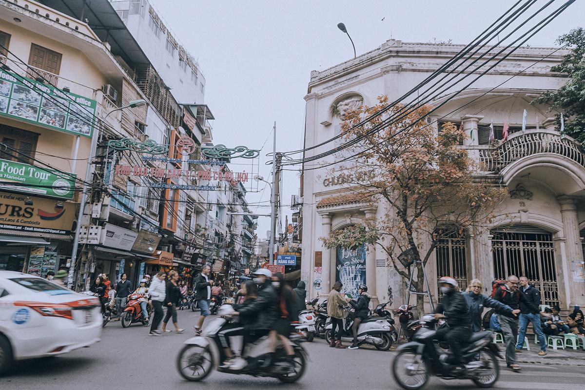 """Một góc phố được """"nhuộm"""" sắc đỏ cam của lá cây, thấp thoáng bên ban công một ngôi nhà được xây dựng theo lối kiến trúc Pháp ở phố Tạ Hiện, mang đậm đặc trưng về một Hà Nội xưa cũ."""