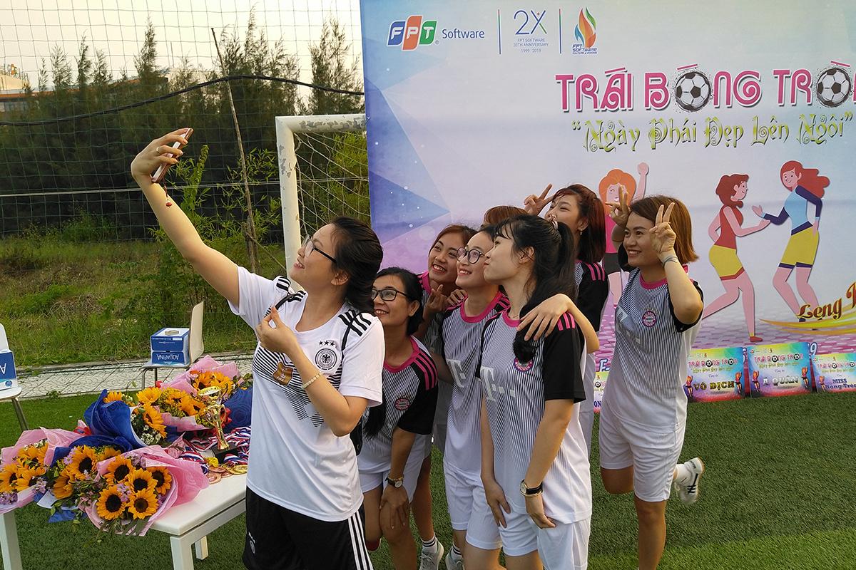 Tối 6/3, giải bóng đá nữ FPT Software Đà Nẵng chính thức diễn ra trên sân FPT Complex, quận Ngũ Hành Sơn. Hoạt động nhằm chào mừng Quốc tế Phụ nữ 8/3 cũng như giúp phái đẹp thỏa sức niềm đam mê với trái bóng tròn.