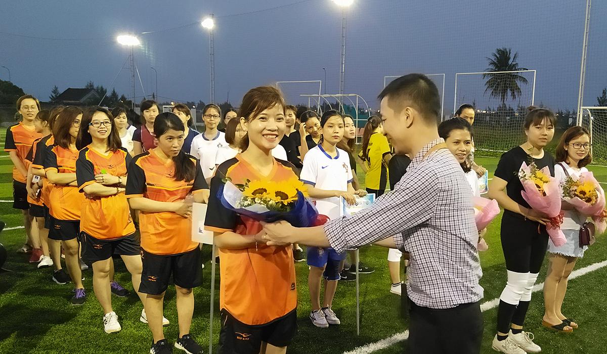 Đại diện lãnh đạo FPT Software Đà Nẵng xuống sân tặng hoa cho các đội bóng và chúc thi đấu thành công trong ngày mà phái nam dành sự ưu ái đặc biệt cho một nửa của thế giới.