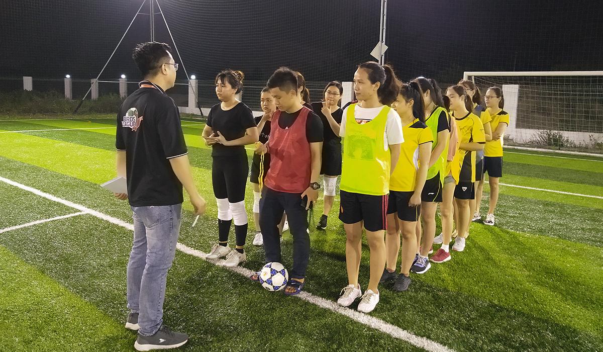 Hai đội BA (áo đen) và MSG (áo vàng) thực hiện các thủ tục trước khi thi đấu. Trận đấu nhận sự quan tâm đặc biệt, bởi BA được đánh giá rất cao còn MSG là một ẩn số tại giải.