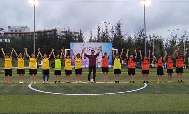Ngày 7/3, giải bóng đá nữ FPT Software Đà Nẵng tiếp tục diễn ra trên sân FPT Complex, quận Ngũ Hành Sơn. Đây là sân chơi nhân dịp kỷ niệm Quốc tế Phụ nữ 8/3. Trước đó, 8 đội bóng đã tham gia vòng đấu loại để chọn ra 4 cái tên xuất sắc nhất góp mặt tại bán kết, gồm: FGC, SSG, BA và R7.