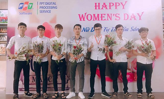 FPT DPS (thuộc FPT Software) tạo nhiều cho bất ngờ cho chị em ngày 8/3 bằng cách tặng hoa ngay trước cổng đi vào tòa nhà Massda, khu công nghiệp An Đồn. Đồng nghiệp trong trang phục lịch lãm, cầm sẵn trên tay những bông hoa tươi thắm để dành tặng cho phái đẹp.