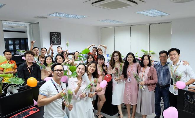 Không cầu kỳ, phô trương nhưng hành động đi đến tận nơi làm việc để tặng hoa cũng nhận được nhiều thiện cảm từ phía chị em.