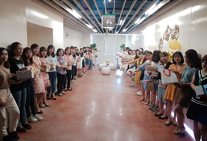 Tại mỗi khoang làm việc, nam FPT Software Đà Nẵng đều dành tặng sự thú vị cho đồng nghiệp nữ.