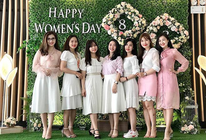 Bức ảnh dự thi tập thể của chị Phan Thị Kim Chi, bộ phận Tuyển dụng. Mỗi cô gái đều có nét đẹp cuốn hút riêng.