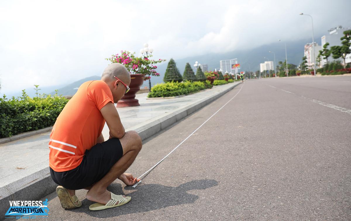 Trong quá trình đo, chuyên gia sẽ tính đến sức gió, sự chênh lệch độ cao… để đưa ra yêu cầu với đường đua, sao cho VĐV dễ có thành tích cá nhân tốt nhất (PB - Personal Best).