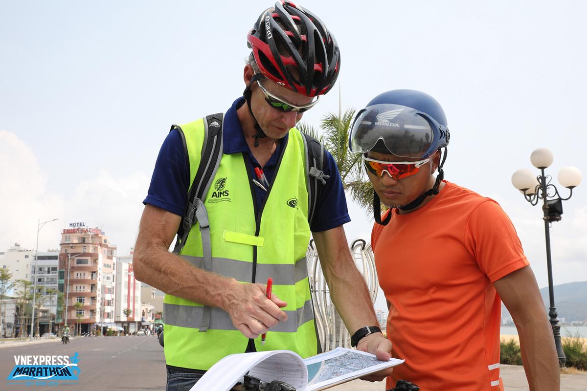 Ngay năm đầu tiên diễn ra, VnExpress Marathon - VM Quy Nhơn 2019 - áp dụng biện pháp đo đường này. Đường chạy của giải được AIMS/IAAF chứng nhận là hợp quy chuẩn.VnExpress Marathoncó bốn cự ly: 5km, 10km, bán marathon (21km) và full marathon (42km).