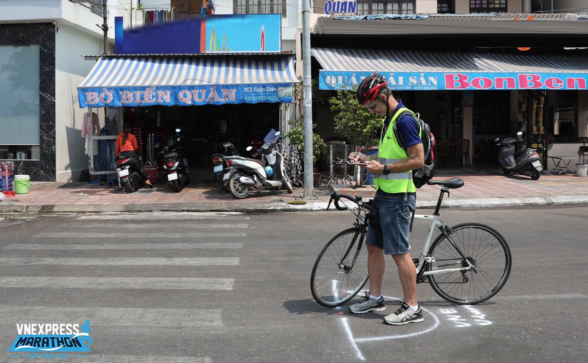 Quá trình đo đạc bắt đầu bằng thước dây, với một đoạn đường nhất định. Sau đó, chuyên gia của AIMS sẽ dùng xe đạp kiểm tra độ chính xác của đoạn đường vừa thiết lập ấy.