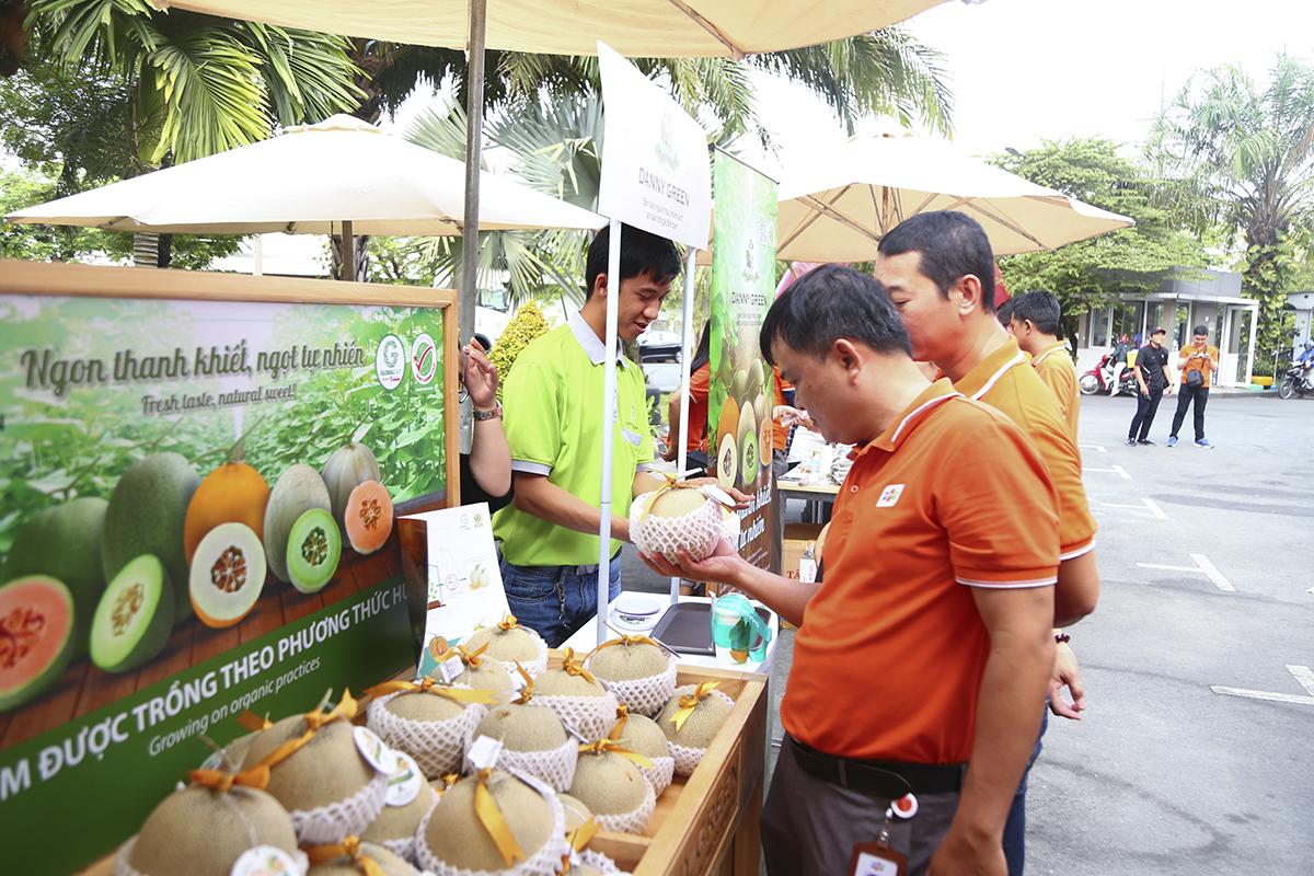 Gian hàng dưa lưới được trồng theo phương pháp organic thu hút khá đông người nhà F đến nếm thử và mua dùng.