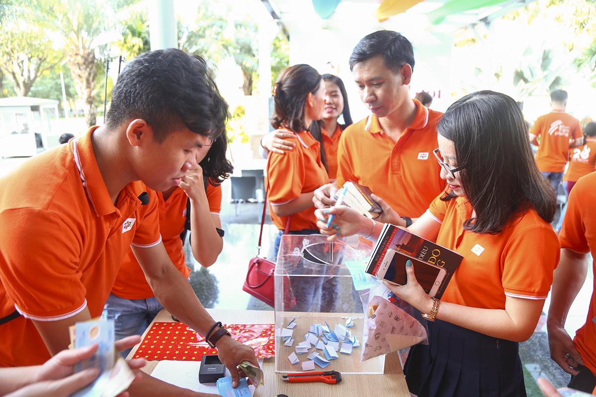 Một trong những hoạt động gây quỹ thu hút nhiều người tham gia đóng góp nhất là mua những sticker lá quốc kỳ và dán trên bản đồ Việt Nam. Mỗi sticker với giá 20.000 đồng sẽ được góp vào số tiền ủng hộ 5.000 lá cờ tặng các hộ gia đình vùng biên.