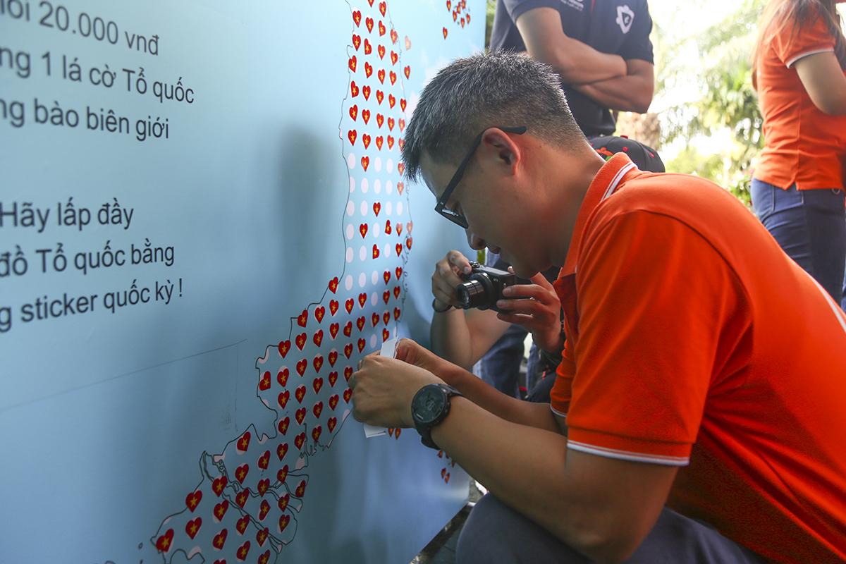 Anh Chu Hùng Thắng - PTGĐ FPT Telecom mải miết dán từng chiếc sticker lên tấm bản đồ Việt Nam.