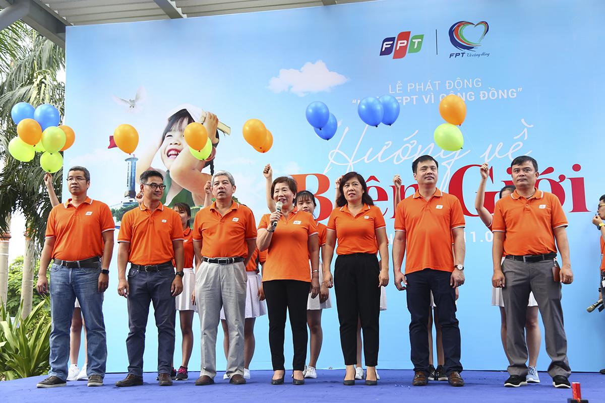 """Năm 2019 cũng là năm đánh dấu sự thay đổi lớn trong bộ máy lãnh đạo ở FPT. Chị Trương Thanh Thanh khẳng định: """"Thông qua chương trình, chúng tôi muốn nói với anh linh các chiến sĩ rằng chúng tôi sẽ tiếp tục cố gắng tận tâm tận lực với thế hệ lãnh đạo mới""""."""