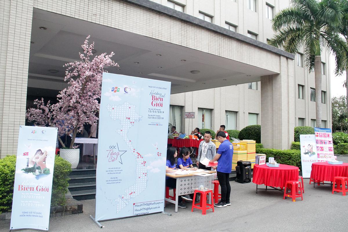 Sáng nay (12/3), tại tòa nhà FPT Massda, TP Đà Nẵng, lễ phát động Ngày FPT vì cộng đồng 2019 với chủ đề ''Hướng về biên giới'' đã diễn ra với sự tham gia của hàng trăm người FPT miền Trung. Ngay từ 7h, mọi công tác chuẩn bị được hoàn thiện để các đơn vị đến tham gia hiến máu, và mua những sticker lá quốc kỳ để dán trên bản đồ Việt Nam.