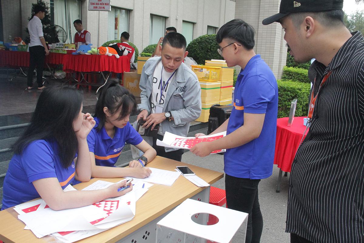 Ngay trước sảnh FPT Massda, Ban tổ chức bố trí sẵn những sticker lá quốc kỳ và bản đồ Việt Nam để CBNV mua hưởng ứng Ngày FPT vì cộng đồng. Mỗi sticker với giá 20.000 đồng sẽ được góp vào số tiền ủng hộ 5.000 lá cờ tặng các hộ gia đình vùng biên.