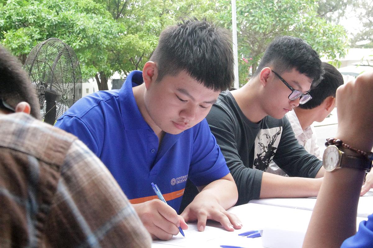 """Rất nhiều sinh viên ĐH Greenwich (Việt Nam) đăng ký tham gia hiến máu cũng như làm tình nguyện viên tại Ngày FPT vì cộng đồng. Lần đầu tiên hiến máu tình nguyện, sinh viên Trương Tam Phong, ĐH Greenwich (Việt Nam), cảm thấy tự hào khi cùng người FPT đóng góp và thực hiện chương trình ý nghĩa. """"Chương trình giúp em có những trải nghiệm thú vị và hiểu hơn được nét văn hóa của FPT"""", Phong chia sẻ."""